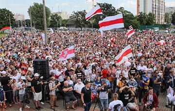 В Могилеве люди собираются на площади возле ТЦ «Атриум»