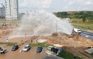 Видеофакт: В Минске из-под земли бьет огромный гейзер
