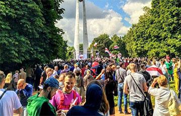 Живой поток людей на митинг в Гродно