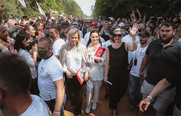 Видеофакт: Тихановская идет через многотысячную толпу своих избирателей в Гродно