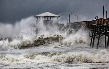 Мощные ураган «Исайас» приближается к Флориде