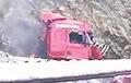 ВКыргызстане белорусского дальнобойщика вытащили изгорящей фуры