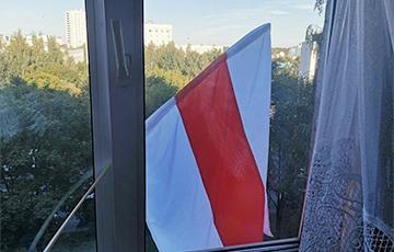 Фотофакт: Бело-красно-белые флаги на окнах