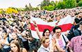 «Нас — миллионы»: Анна Шаркунова записала «Песню счастливых людей»