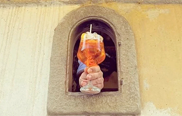 У Італіі пачалі выкарыстоўваць «вінныя вокны» для продажу напояў