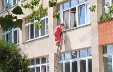 Videofact: Election Commission Members In Minsk Climb Out Of Window Down Stairs With Bags