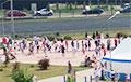 Фотофакт: Огромная очередь на участке для голосования в Лебяжьем под Минском