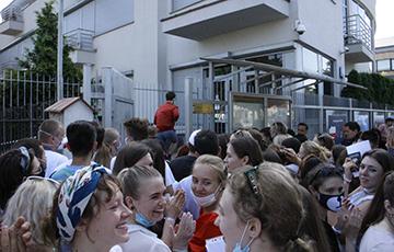 У Варшаве 2500 чалавек сталі ў чаргу да амбасады Беларусі