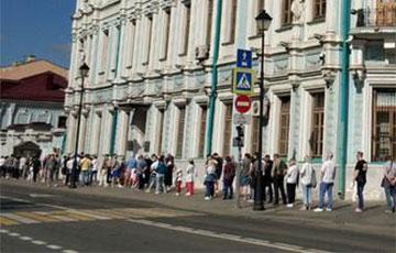 У амбасаду Беларусі ў Маскве ўтварылася шматкіламетровая чарга