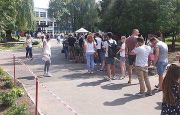 «Ніколі такога не бачыў»: сотні чалавек стаяць ля ўчастка на вуліцы Усходняй у Менску