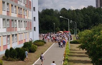 Фотафакт: Вялізная чарга выстраілася каля школы №49 у Менску