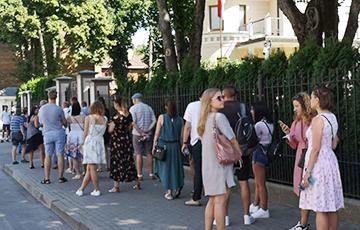 В Риге к белорусскому посольству выстроилась внушительная очередь