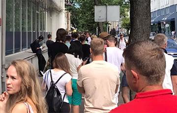 Возле посольства Беларуси в Вильнюсе собралось 250 человек