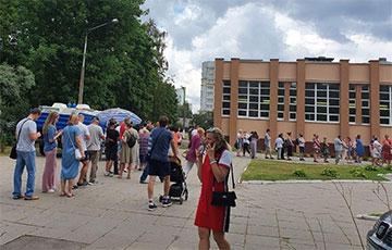 Невероятная очередь выстроилась возле 178-й школы в Минске