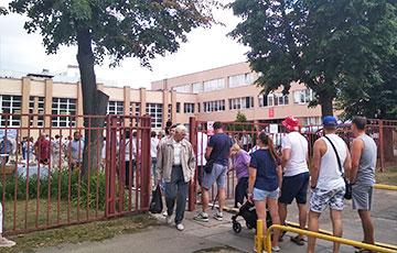 Вялізная чарга выстраілася да ўчасткаў для галасавання на вуліцы Усходняй у Менску