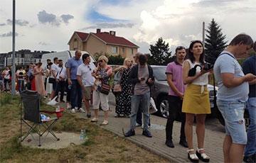В микрорайоне Лебяжий люди стоят ради голосования по три часа