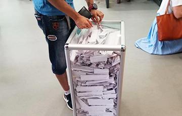 Фотофакт: Избирательные урны переполнены голосами за Тихановскую