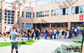 Видеофакт: На одном из избирательных участков в Минске играет «Cтены рухнут!»