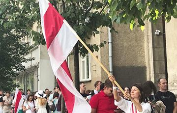В Вильнюсе скандируют «Уходи!» под белорусским посольством