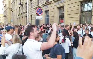 В Петербурге у отделения посольства Беларуси началась стихийная акция