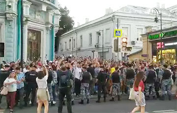 Возле посольства Беларуси в Москве люди скандируют «Лукашенко, уходи!»