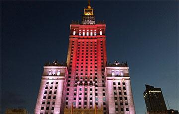 Дворец культуры и науки в Варшаве подсветили в бело-красно-белые цвета