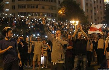Фейерверки в Минске: люди отмечают победу над узурпатором