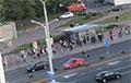 В центр Минска идет колонна со станции метро Михалово