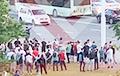 Минчане массово собираются возле станции метро Фрунзенская