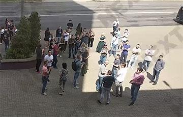Минчане пришли поддержать бастующих рабочих электротехнического завода