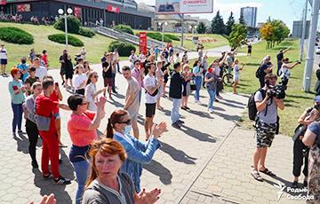 Минчане стихийно собрались на Пушкинской и скандируют «Уходи!»