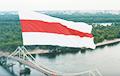 Над Киевом подняли огромный бело-красно-белый флаг