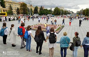 Белорусы выстроились в цепь солидарности на Площади Победы