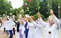 С самого утра медики стали в цепи солидарности в Минске