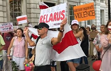 «Санкции! Сейчас!»: возле резиденции премьер-министра Великобритании проходит митинг в поддержку Беларуси