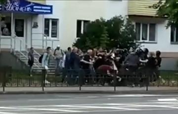 Протестующие в Новополоцке дали отпор силовикам