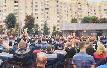 Видеофакт: Тысячи работников БелАЗа скандируют «Уходи!»