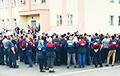 Працаўнікі МАЗа, якія страйкуюць, скандуюць: «Выбары! Выбары!»