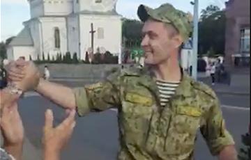 В Сморгони солдат вышел к протестующим с цветами