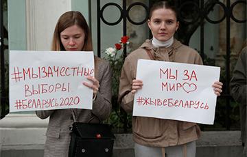Пикеты проходят у посольства Беларуси в Москве