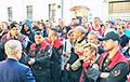 Рабочие Минского электромеханического завода идут по улицам, скандируя «Уходи!»