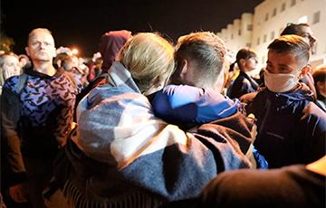 Как в Минске встречали освобожденных из тюрьмы на Окрестина героев