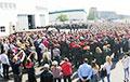 Возле «Минского завода колесных тягачей» собрались сотни рабочих