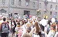 Колонна протестующих возле здания МВД в Минске скандировала «Перемен!»