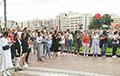 Около трех тысяч минчан стоят на площади Независимости