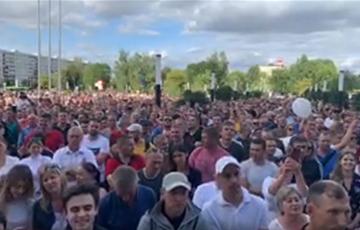 Тысячи бастующих шахтеров проводят митинг в Солигорске (Онлайн-трансляция)