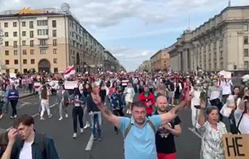 Голова колонны протестующих уже на площади Независимости