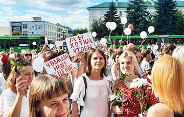 В Барановичах люди маршем идут к местному СИЗО