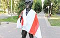 Фотофакт: Памятник Виктору Цою в Алма-Ате с бело-красно-белым флагом