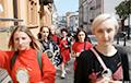 Через центр Минска на «Пушкинскую» прошли девушки в красно-черном и с зеркалами в руках